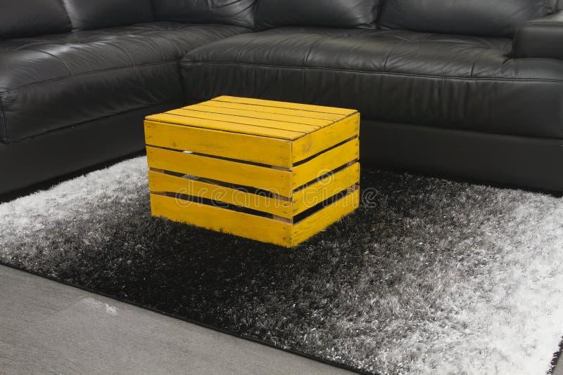 黄色苹果箱子作为咖啡桌 库存图片