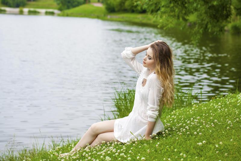 Download 绿色草甸的年轻白肤金发的妇女 库存照片. 图片 包括有 女孩, 长度, 享受, 高雅, 室外, 本质, 快乐 - 62536832