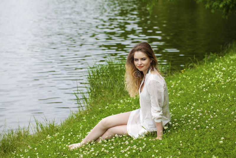 Download 绿色草甸的年轻白肤金发的妇女 库存照片. 图片 包括有 公园, 方式, beauvoir, 礼服, 夫人 - 62536844