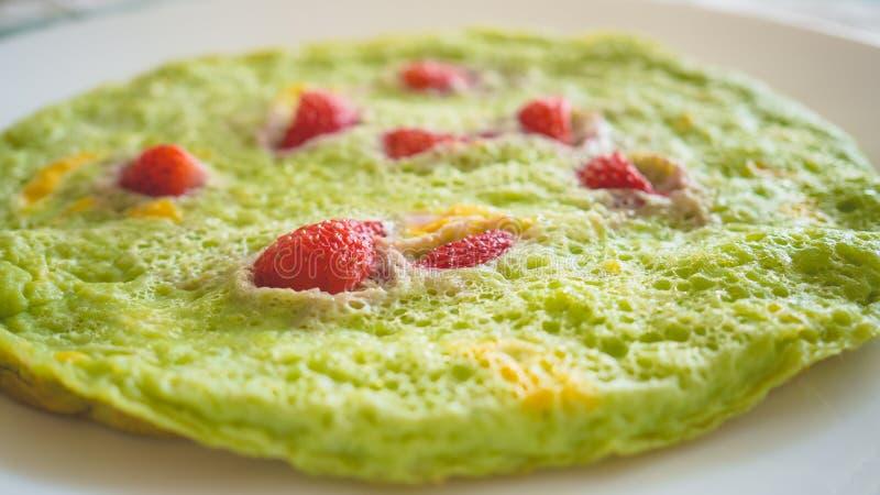 绿色草莓煎蛋卷 免版税库存照片