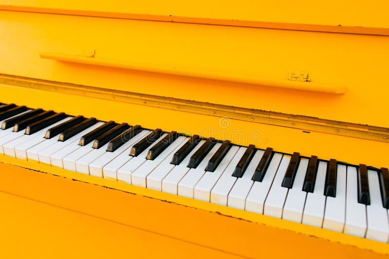 黄色葡萄酒钢琴 免版税图库摄影