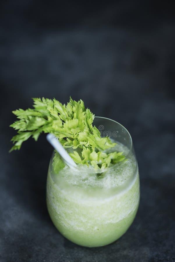 绿色蔬菜汁玻璃用无头甘蓝和芹菜 图库摄影