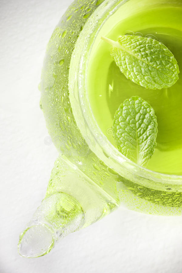 绿色薄荷的茶壶茶 免版税库存图片