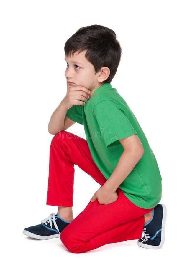 绿色衬衣的哀伤的年轻男孩 库存照片