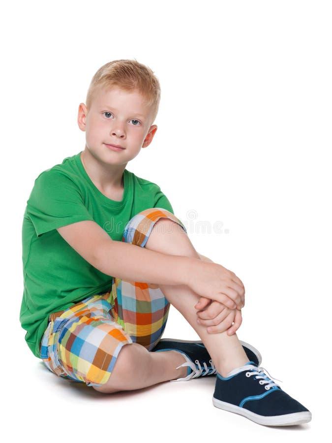 绿色衬衣的小男孩 免版税图库摄影