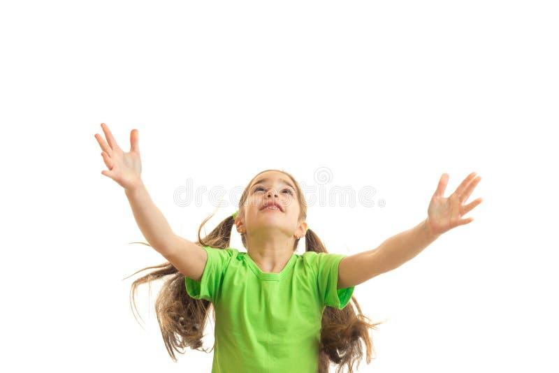 绿色衬衣的快乐的小女孩用手 免版税库存照片
