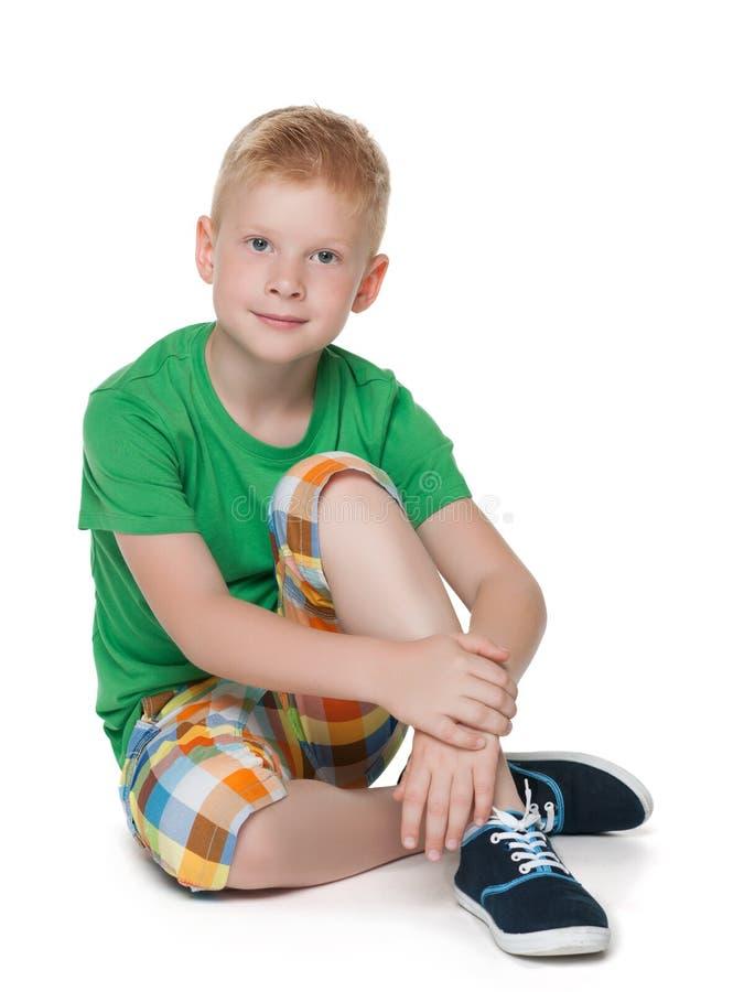 绿色衬衣的沉思小男孩 免版税图库摄影