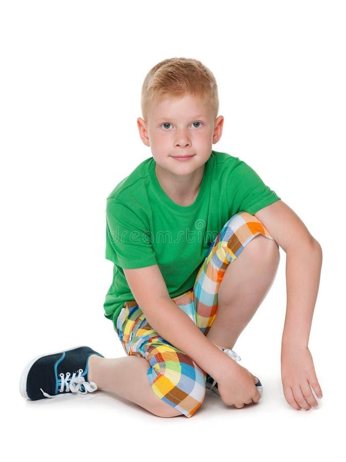 绿色衬衣的年轻男孩 免版税库存照片