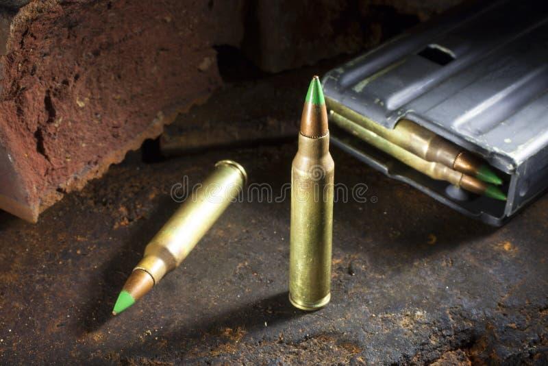 绿色被打翻的弹药和杂志 免版税库存照片