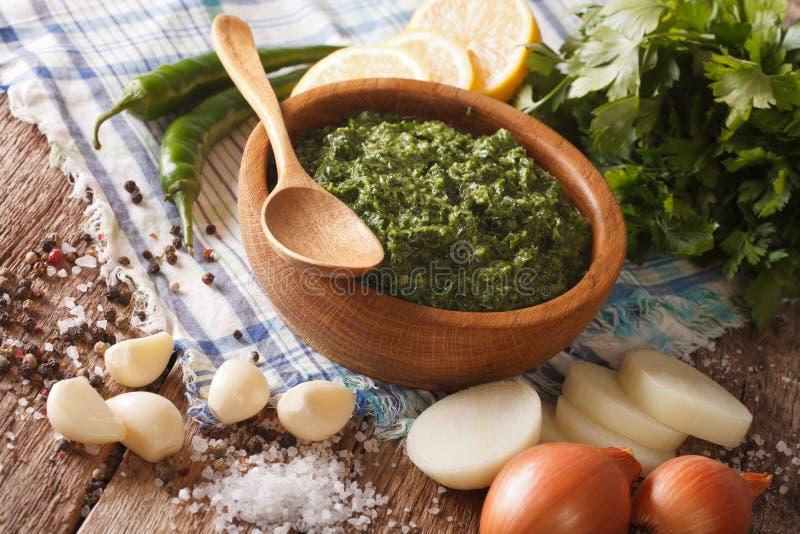 绿色辣调味汁chimichurri和成份特写镜头 horizont 免版税库存照片