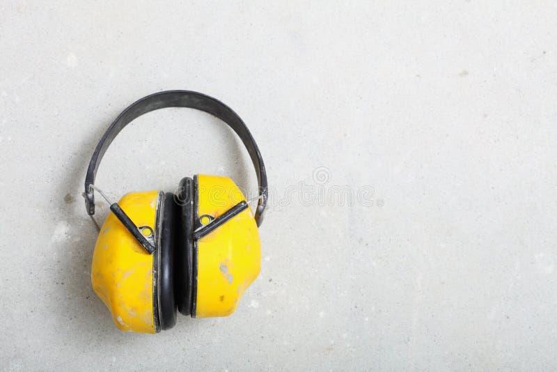黄色运作的防护耳机噪声笨拙的人 免版税库存照片