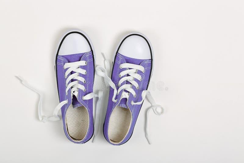 紫色运动鞋 免版税图库摄影