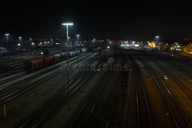 黑色迷离聚合的明显的水平的图象测深索孤立长的行动晚上取向射击了某个岗位往空白培训的旅行家 库存图片