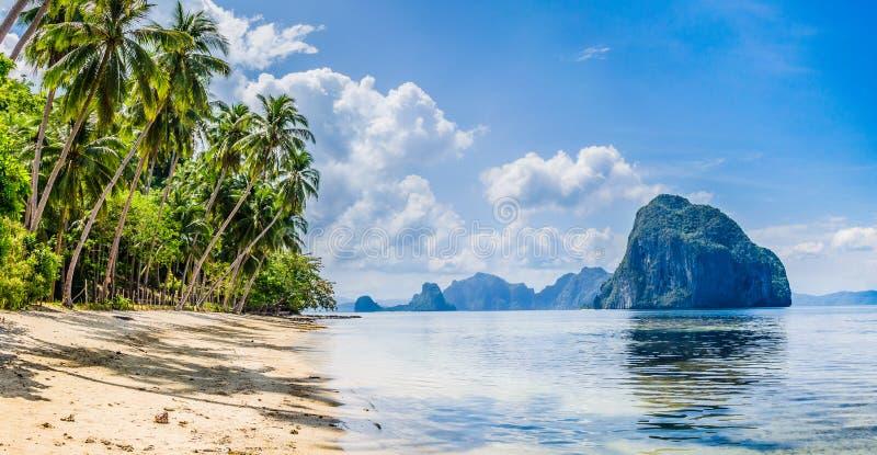 绿色遇见蓝色, El Nido风景  与巨大的岩石,巴拉望岛的沙滩 菲律宾 库存图片