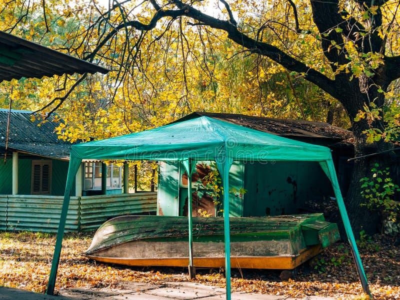 绿色遮篷在森林倒置了木小船 假日vill 图库摄影