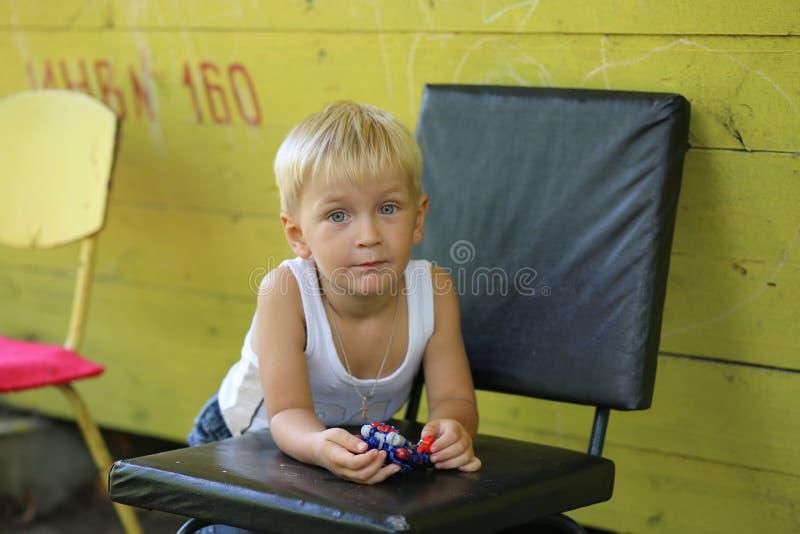 黄色避暑别墅和一个小男孩 免版税库存照片
