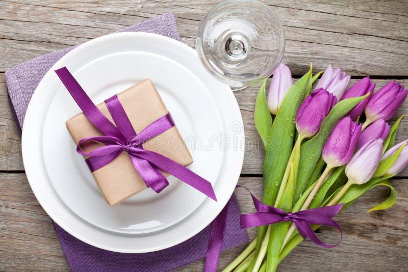 紫色郁金香花束和板材有礼物盒的 库存图片