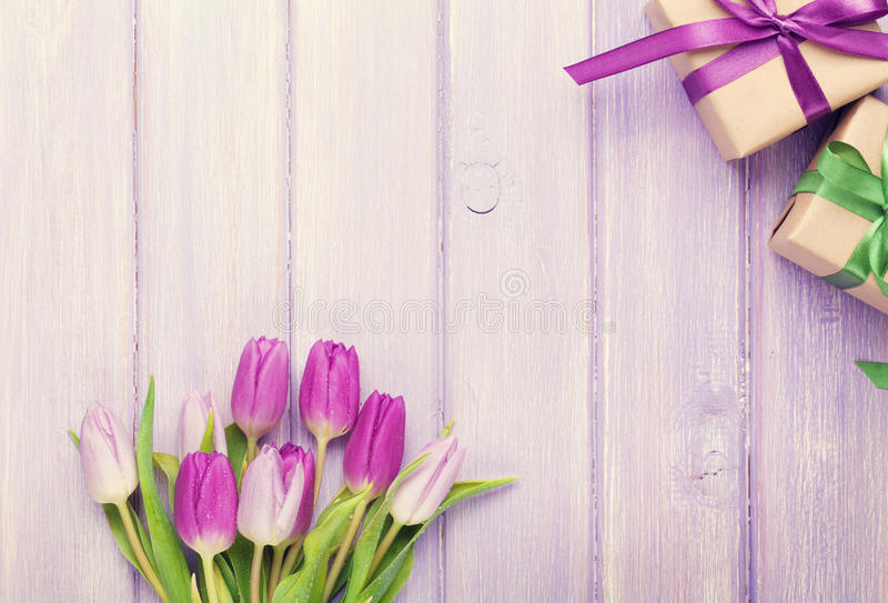 紫色郁金香花束和礼物盒 图库摄影