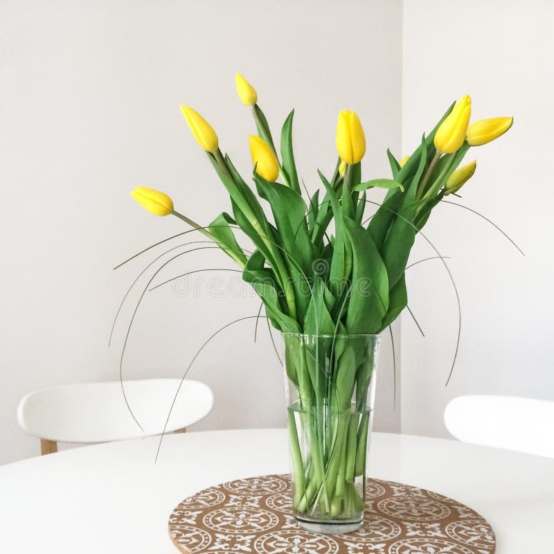 黄色郁金香花束在桌上的 免版税图库摄影