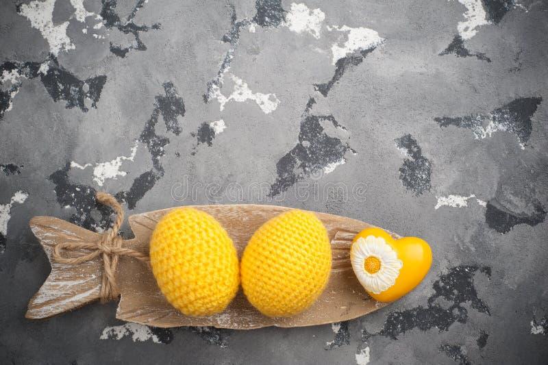黄色钩针编织的复活节彩蛋和心脏 免版税库存照片
