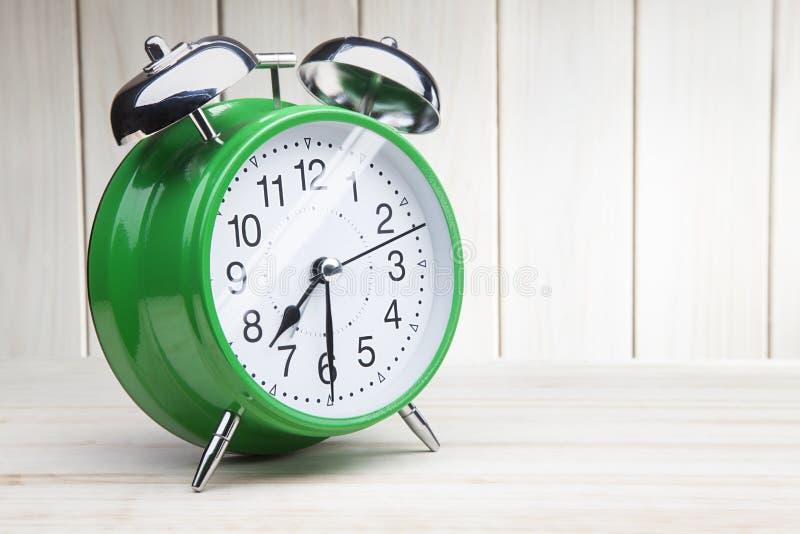 绿色闹钟早晨唤醒的时间 库存图片