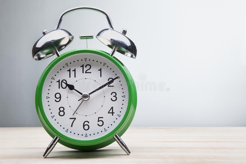 绿色闹钟早晨唤醒的时间 免版税库存图片