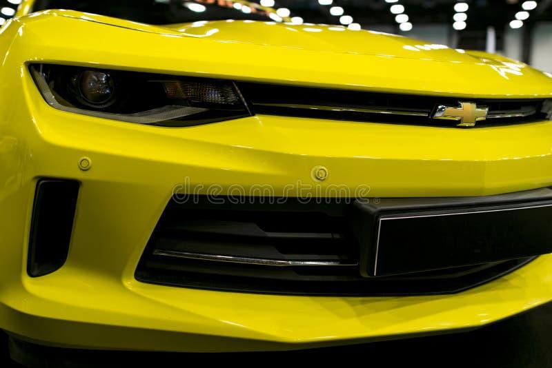 黄色雪佛兰Camaro的正面图2017年 汽车外部细节 免版税库存图片