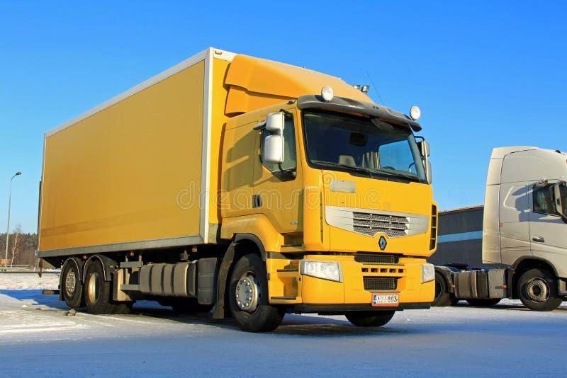 黄色雷诺保险费410送货卡车 库存图片