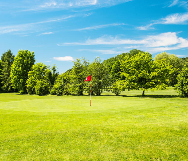绿色领域和美丽的蓝天 高尔夫球场 库存图片
