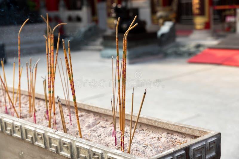 黄色香火黏附燃烧在黄大仙,中国寺庙,香港 免版税库存图片