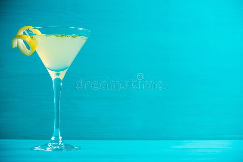 黄色马蒂尼鸡尾酒鸡尾酒用柠檬和薄菏 图库摄影