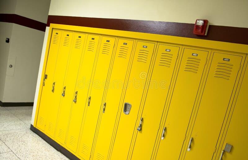 黄色高中衣物柜 库存图片