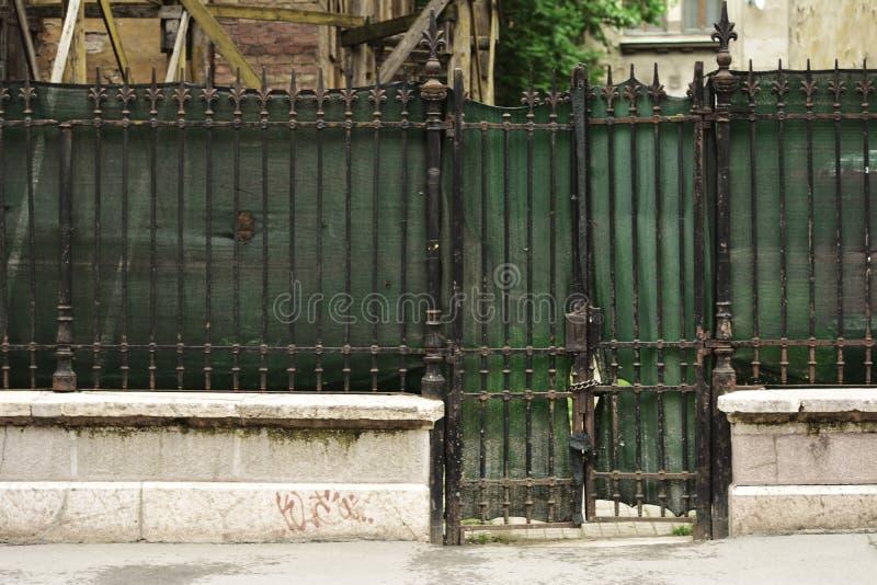 绿色,老,金属篱芭和门 免版税库存图片