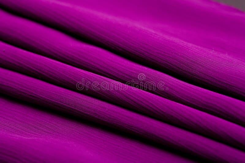 紫色,紫罗兰色招标上色了纺织品,高雅起波纹的材料 库存照片