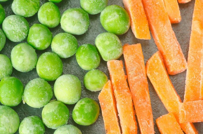绿色结冰的豌豆和红萝卜 免版税库存照片
