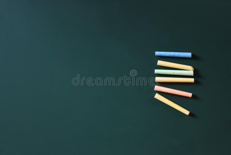 绿色黑板的顶视图许多白垩的图象和汇集 夏令时 图库摄影