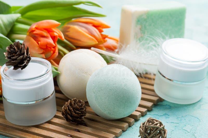 绿色浴炸弹和肥皂有温泉产品的 免版税库存图片