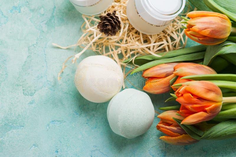 绿色浴炸弹和肥皂有温泉产品的 免版税库存照片