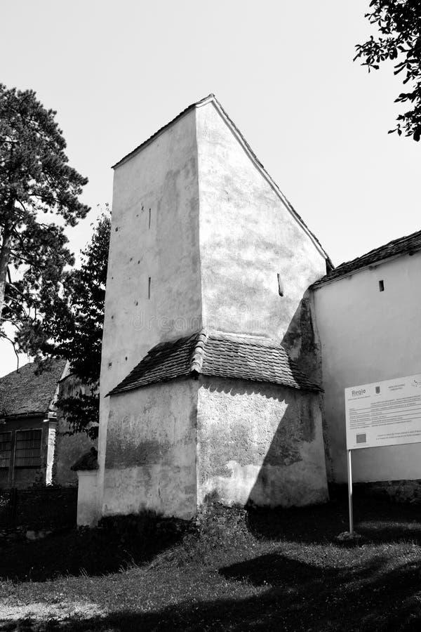 黑色&白色 被加强的中世纪教会在村庄Bunesti,特兰西瓦尼亚 库存图片
