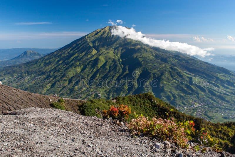 绿色mt Merbabu 从Merapi的看法 免版税库存照片