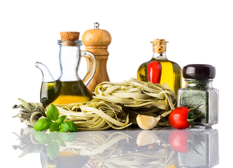 绿色Tagliatelle面团和意大利烹调在白色 免版税库存图片