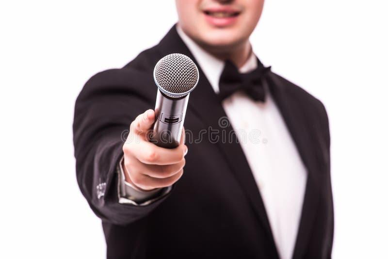 艺人采访者 拿着话筒的年轻典雅的人 免版税库存照片