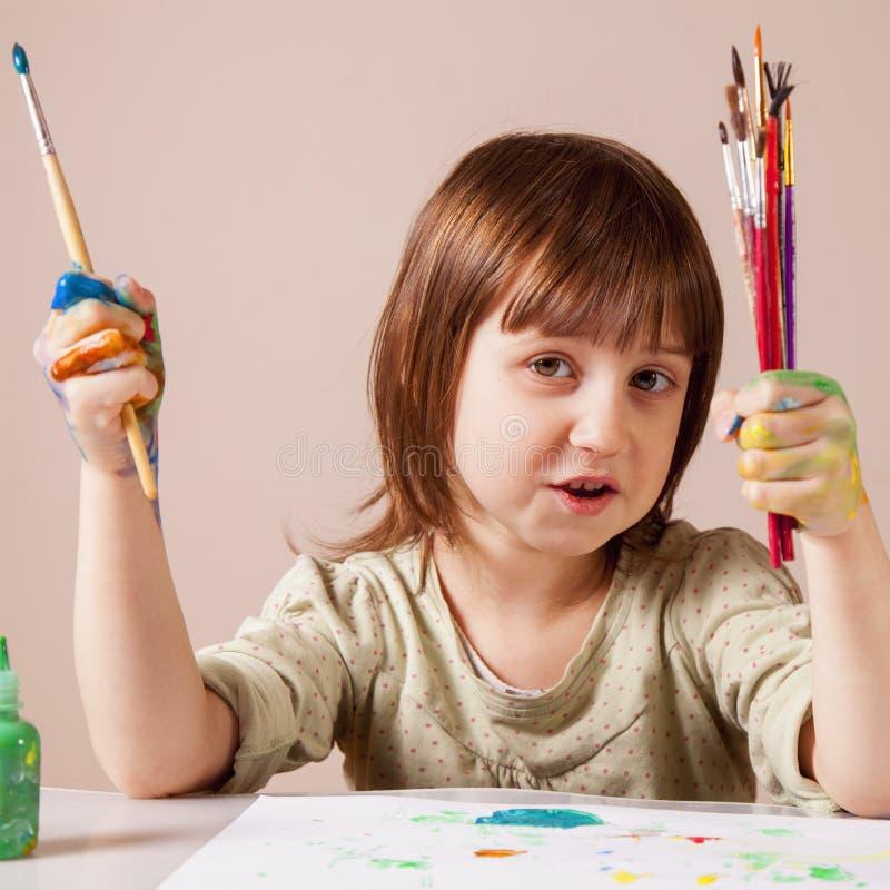 艺术、创造性、假日和愉快的童年概念 在一个小漂亮的孩子女孩的五颜六色的被绘的手 绘与的她 库存照片