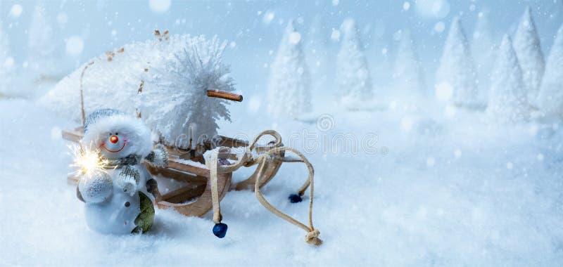 艺术与圣诞树的圣诞节背景在圣诞老人雪橇 免版税库存照片