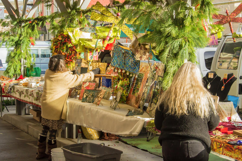 艺术和工艺供营商在罗阿诺克农夫市场上 免版税库存照片