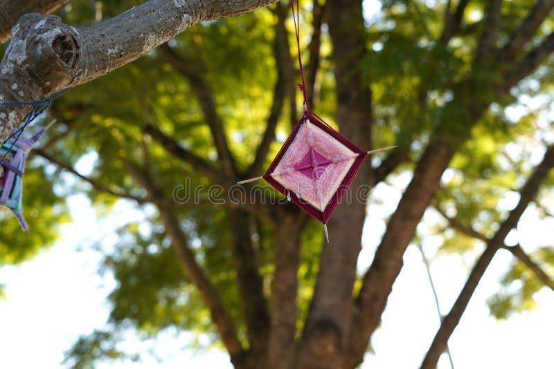 艺术和工艺God's注视垂悬从树枝的装饰品 库存照片