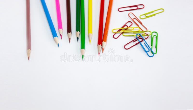 艺术和画的概念、色的蜡笔铅笔和夹子在白色背景,宽横幅 免版税图库摄影