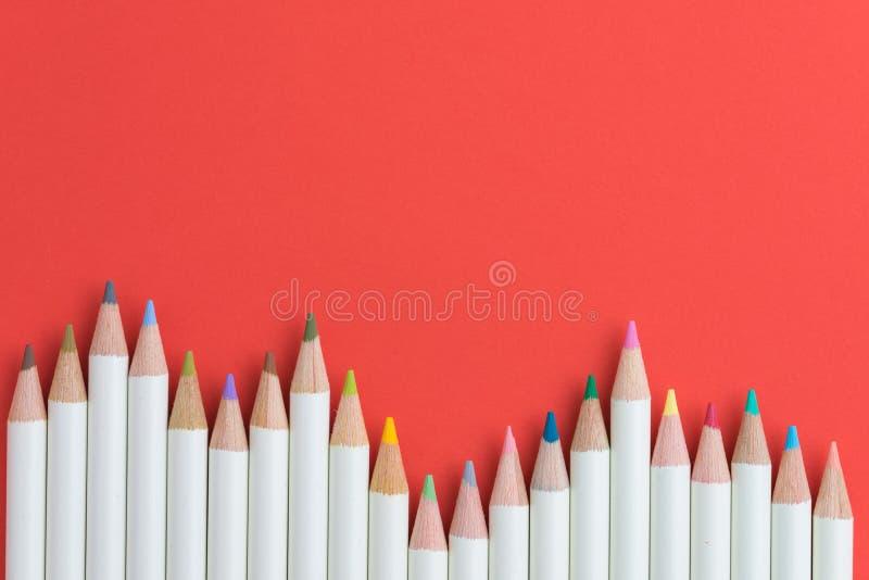 艺术和着色与颜色铅笔的爱好概念在红色backgro 库存照片
