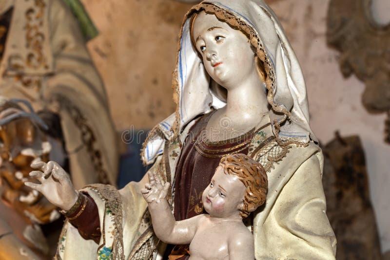 艺术品madonna在艺术家演播室关闭的雕塑papier-machè 皇族释放例证