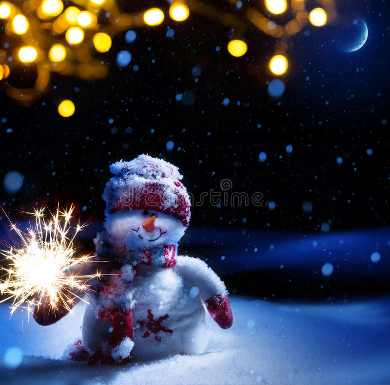 艺术圣诞夜-在雪的雪人 免版税库存照片